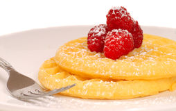 Waffles dourados com framboesas e açúcar pulverizado Imagem de Stock