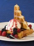 Waffles e gelado Fotos de Stock