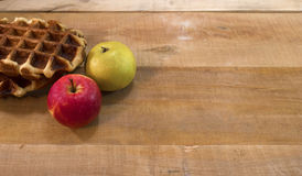 Waffles e maçãs na mesa Foto de Stock Royalty Free