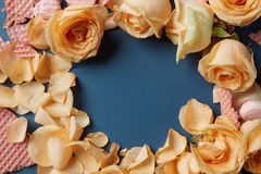 Waffles e rosas como a decoração do fundo imagem de stock