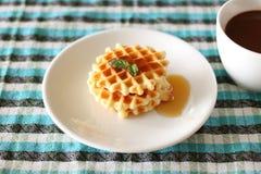 Waffles e uma xícara de café Fotografia de Stock Royalty Free