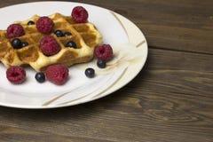 Waffles em uma placa branca com bagas Foto de Stock Royalty Free