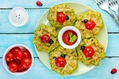 Waffles engraçados do petisco com os joaninhas dos tomates de cereja imagens de stock royalty free