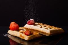 Waffles macios tradicionais de Bélgica com morangos e pulverizados Fotos de Stock