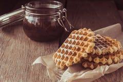Waffles no pó do açúcar e no frasco do doce Imagem de Stock Royalty Free