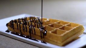 Waffles para o café da manhã/waffles com gelado e doces vídeos de arquivo
