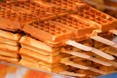 Waffles recentemente cozidos em uma vara, sobremesa saboroso Fotografia de Stock Royalty Free