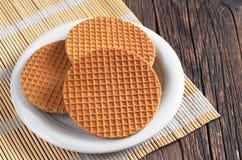 Waffles redondos com caramelo imagem de stock