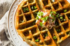 Waffles saborosos caseiros com bacon foto de stock royalty free
