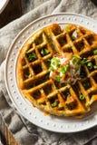 Waffles saborosos caseiros com bacon imagens de stock