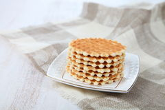 Waffles saborosos em uma placa branca Fotos de Stock