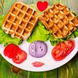 Waffles, tomate, cebola e alface de Liege em uma placa branca No wo Foto de Stock