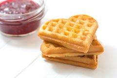 Waffles vienenses, doce de framboesa em uma bacia de vidro em um fundo branco Imagens de Stock Royalty Free