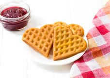 Waffles vienenses, doce de framboesa em uma bacia de vidro em um fundo branco Fotos de Stock