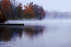 Waft vom Nebel in dem See Stockfotografie