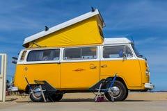 Wagen amarillo del campista de VW Kombi en la demostración de coche clásica refrigerada Imagen de archivo libre de regalías