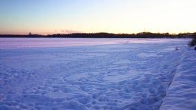 Wagen-Aufenthaltsräume bedeckt mit Schnee Winter-Moskau-Stadtbildpanoramablick bei Sonnenuntergang Strogino-Region Floodplain stock video footage
