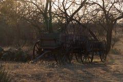Wagen bij Schemer in de Woestijn royalty-vrije stock foto's