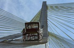 Wagen, der auf eine Schrägseilbrücke in Sao Paulo, Brasilien steigt lizenzfreies stockfoto