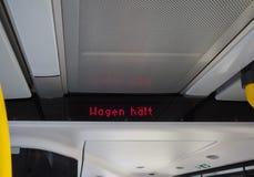 Wagen haelt (znaczenia Autobusowy powstrzymywanie) obrazy royalty free