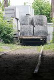 Wagen met concrete plakken in industriële productie royalty-vrije stock afbeeldingen