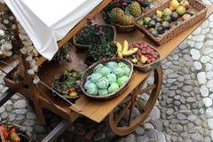 Wagen mit Obst und Gemüse Lizenzfreies Stockfoto