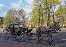 Wagen mit Pferden im Hintergrund des Admiralitäts-Gebäudes in St Petersburg, Russland Stockfotografie