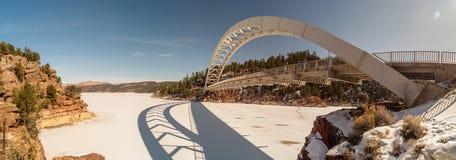 Wagen-Nebenflussbrücke über gefrorenem Green River stockfoto