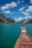 Wagen Sie bei Khao Sok, tradiotional thailändisches Boot. Asia exotischer See. lizenzfreie stockfotos