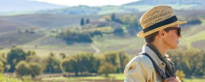 Wagen Sie den Frauenwanderer, der in Toskana wandert, die Abstand untersucht Stockfoto