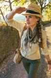 Wagen Sie den Frauenwanderer, der in Toskana wandert u. Abstand untersucht Stockfotos