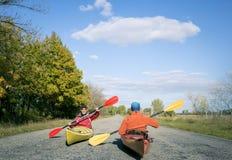 Wagen Sie in einem Kanu an einem sonnigen Tag im Sommer Stockfoto