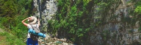 Wagen Sie Frau selfie zum Smartphone im Hintergrund von Bergen Ansicht von der Rückseite des touristischen Reisenden auf Hintergr stockfotografie