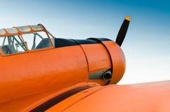 Wagen Sie im Himmel, altes Flugzeug, Orange, nordamerikanisches T-6G stockfotos