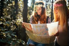Wagen Sie, reisen Sie, Tourismus, Wanderung und Leutekonzept Gl?ckliche Frau, die mit Rucks?cken im Holz geht stockfotos