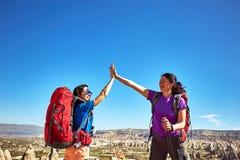 Wagen Sie Trekking in den Bergen mit einem Rucksack und einem Zelt lizenzfreie stockfotografie