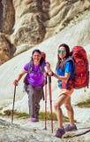 Wagen Sie Trekking in den Bergen mit einem Rucksack und einem Zelt stockfoto