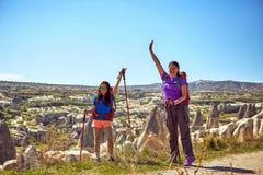 Wagen Sie Trekking in den Bergen mit einem Rucksack und einem Zelt lizenzfreies stockfoto