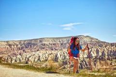 Wagen Sie Trekking in den Bergen mit einem Rucksack und einem Zelt lizenzfreie stockbilder