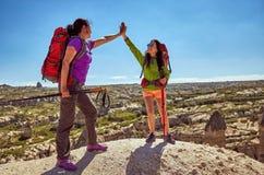 Wagen Sie Trekking in den Bergen mit einem Rucksack und einem Zelt stockbild