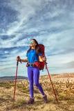 Wagen Sie Trekking in den Bergen mit einem Rucksack und einem Zelt lizenzfreie stockfotos