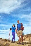 Wagen Sie Trekking in den Bergen mit einem Rucksack und einem Zelt lizenzfreies stockbild