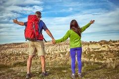 Wagen Sie Trekking in den Bergen mit einem Rucksack und einem Zelt stockfotografie