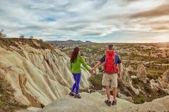 Wagen Sie Trekking in den Bergen mit einem Rucksack und einem Zelt stockbilder