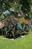 Wagen van bloemen en vlag Stock Fotografie