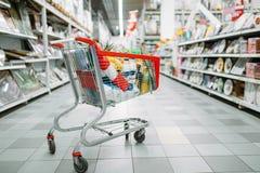 Wagen voll von Waren im Supermarkt, niemand lizenzfreies stockfoto