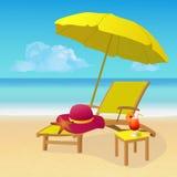 Wagenaufenthaltsraum mit Regenschirm auf idyllischem tropischem sandigem Strand Stockfotografie