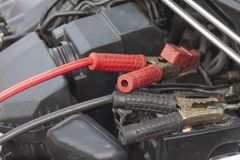 Wagenpflege durch das Aufladen der Batterie stockfotografie