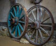 Wagenräder an der alten Lehmziegelmauer des Gutshauses Stockbild