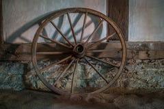 Wagenräder an der alten Lehmziegelmauer des Hauses Stockbilder